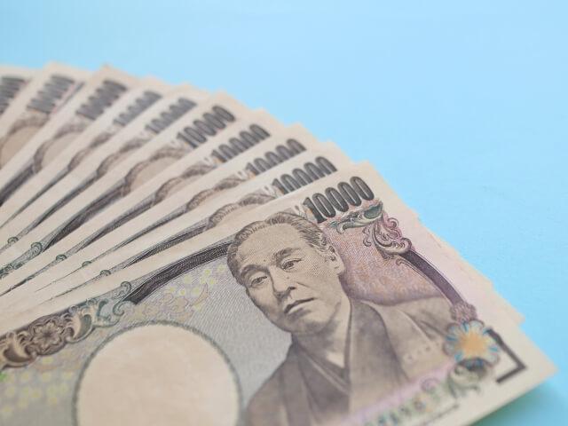1万円札が数枚並べられた画像