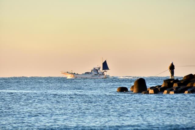 海とテトラと船と釣り人