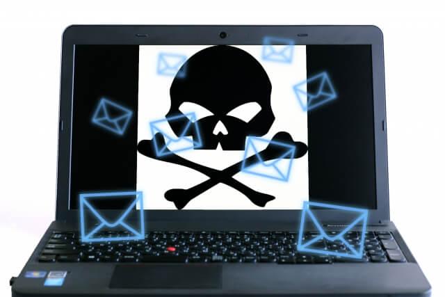 ノートパソコンに黒いドクロ画像